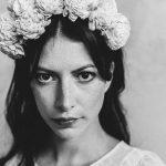 Brautmode Fotoshooting Detail mit Blütenkranz