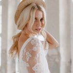 Model mit Kleid aus der BOHOFORLIFE Kollektion blickt zum Fotografen