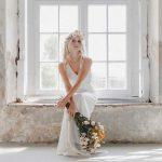 Model im Brautkleid in einer alten Orangerie